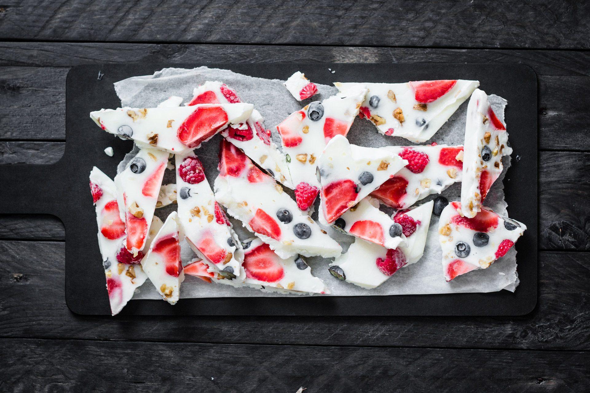Croccante gelato allo yogurt con frutti di bosco video image