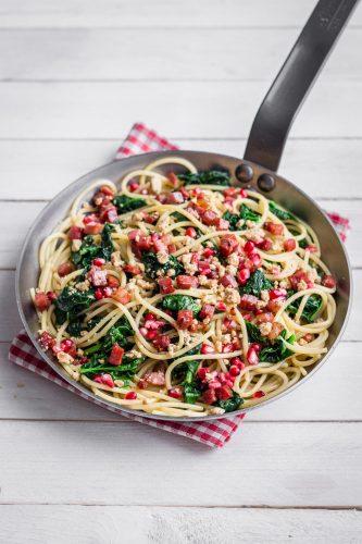 Spaghettoni agli spinaci, crumble di noci, Speck Alto Adige e melograno