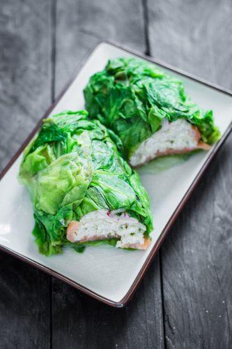 Roll di lattuga con verdure, riso e salmone