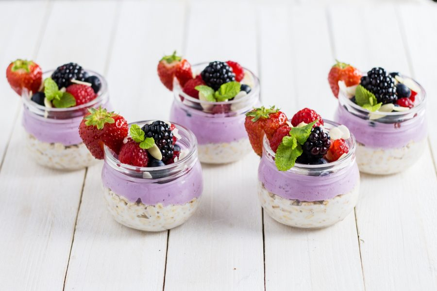 Overnight oats con frutta e Skyr al mirtillo