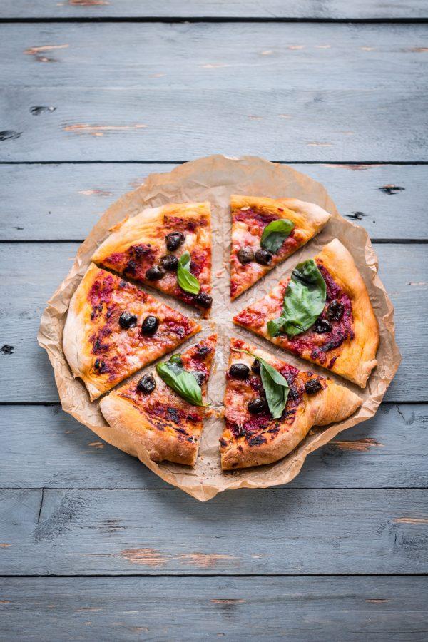 Pizza con olive taggiasche e origano