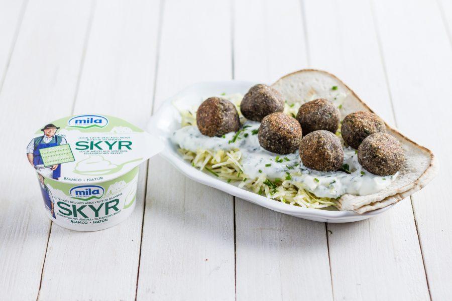 Polpette di castagne con salsa di Skyr all'erba cipollina