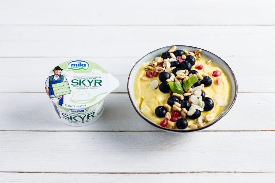 Smoothie bowl di Skyr con frutta e cereali