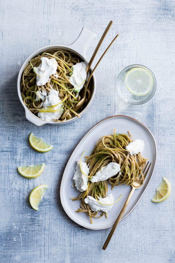 Linguine integrali al pesto di basilico e zucchine