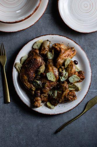Pollo ai carciofi e olive in padella