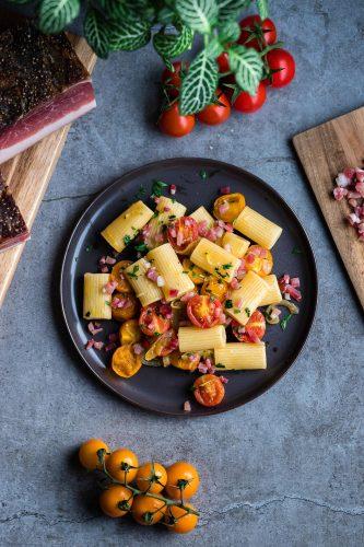 Maccheroni con Speck, pomodorini colorati e zucchine