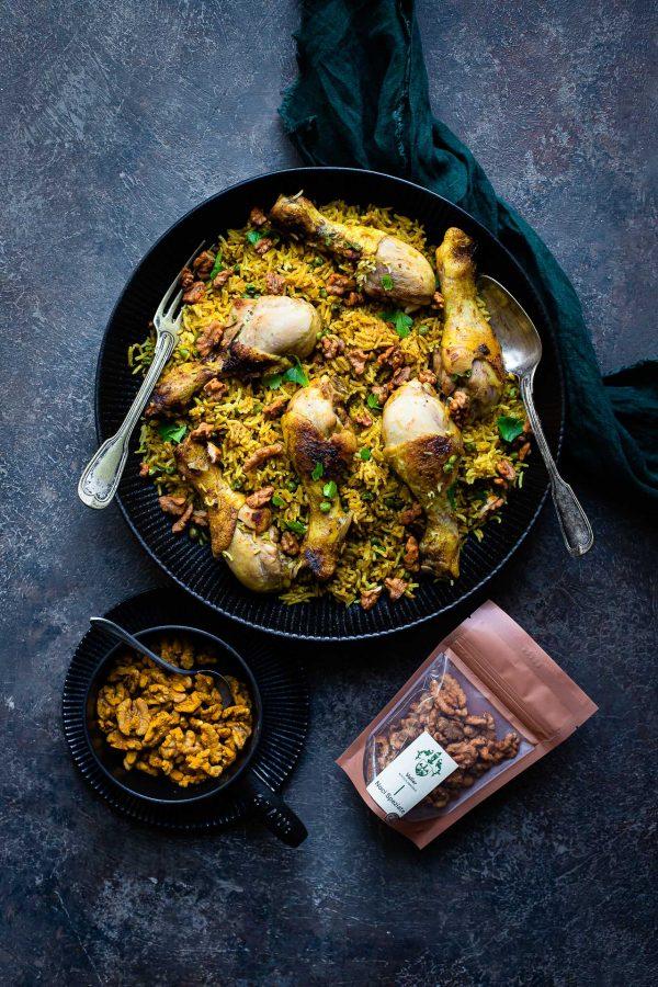 Biryani di pollo al curry con noci speziate