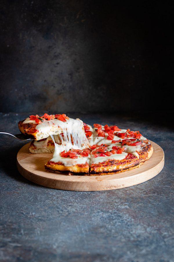 Pizza al tegamino formaggiosa