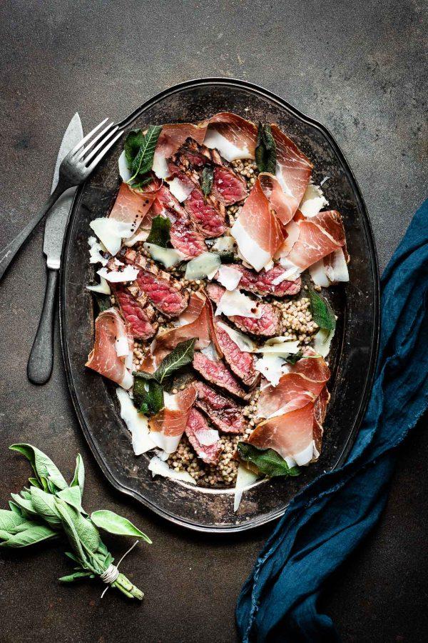Tagliata di manzo con Speck Alto Adige IGP, grano saraceno, sfoglie di parmigiano e salvia croccante